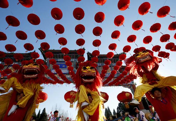 Danza tradicional china para celebrar la entrada del Año Nuevo en Beijing