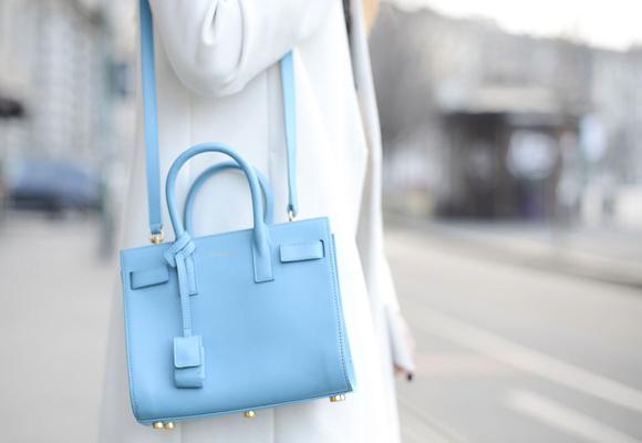 El Azul Serenidad es ideal para complementos en tono candy esta primavera