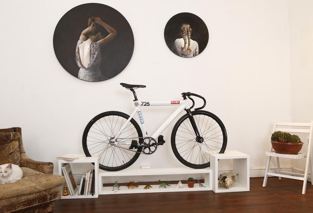 el ciclismo urbano ha dejado de ser una moda de uhipstersu recorrer el trayecto a la oficina sobre dos ruedas sintiendo los tonos violetas del amanecer en