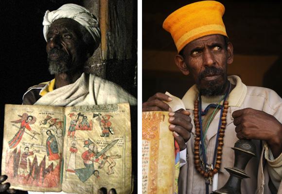 Sacerdotes etíopes portan libros con imágenes sagradas