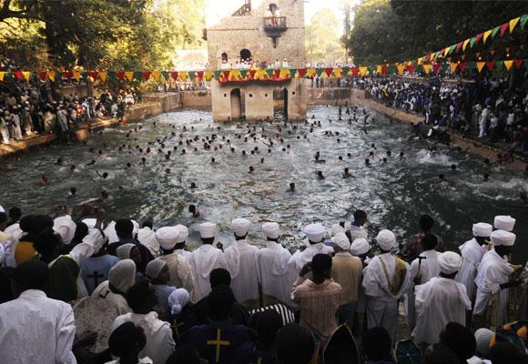 Tras la bendición los jóvenes se arrojan al agua