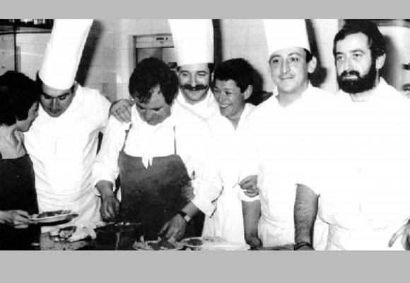 Arzak (con delantal), Subijana (apoyando su mano) y Arguiñano, pioneros de la revolución