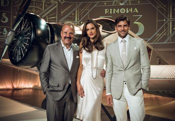 Alessandra Ambrosio, imagen de la firma, posa con el director y