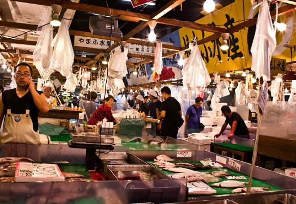 El Tsukiji-shijo es el mercado de pescado más famoso de la ciudad