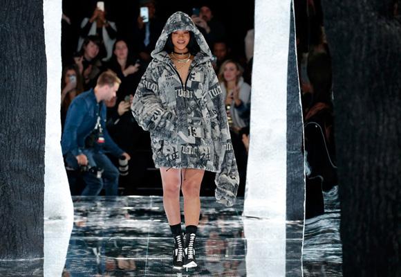 Rihanna pareció sobre la pasarela con un maxi abrigo de piel y zapatillas