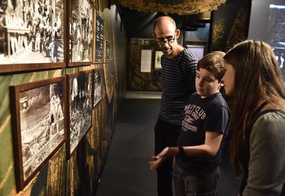 La exposición nos relata la historia del cine