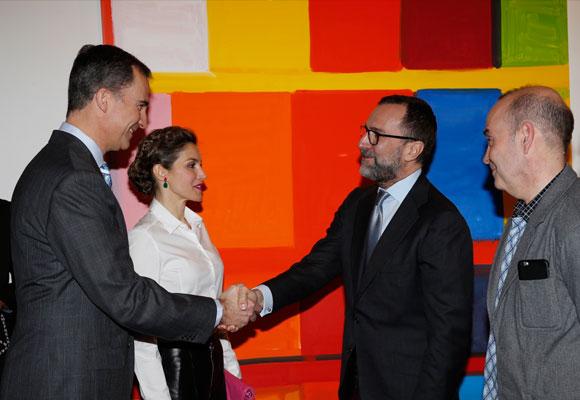 Su Majestades los Reyes reciben el saludo del embajador de los Estados Unidos en presencia del propietario de la Team Gallery de Nueva York, José Freire