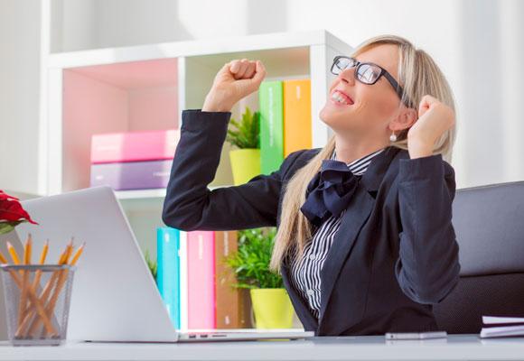 Mujer contenta con ordenador