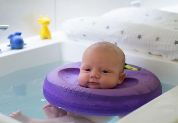 Un bebé disfrutando de Bubby en Baby Spa. Reserva aquí