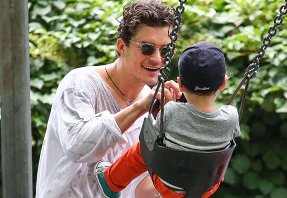 A Orlando Bloom le encanta jugar con su hijo en los columpios