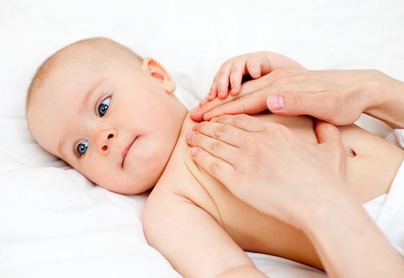 Los masajes relajantes harán que tu bebé disfrute y se sienta mejor