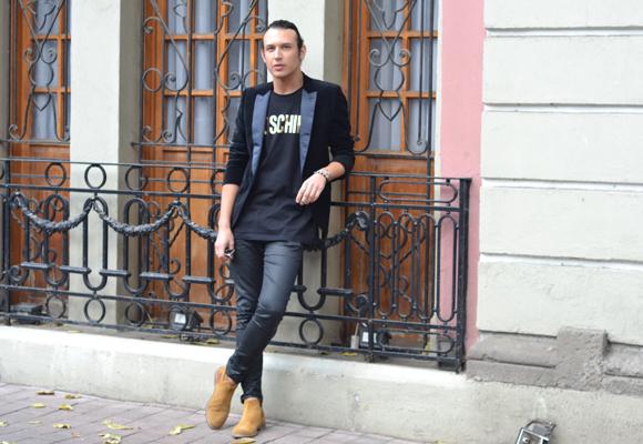 Neto con camiseta Moschino, pantalones de piel Balmain, saco Topman, botas Roberto Cavalli y gafas Dior