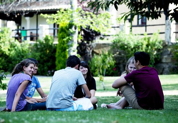 Los adolescentes tienen que hablar inglés todo el día en El Pueblo Inglés