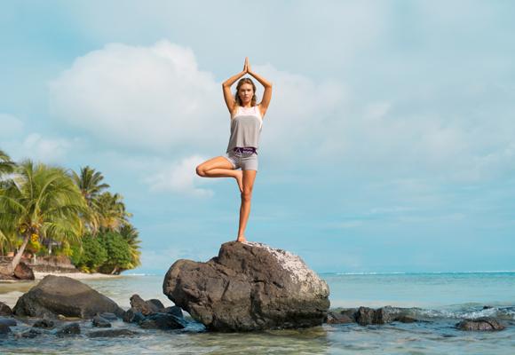 Comienza este divertido tour practicando Yoga en la playa