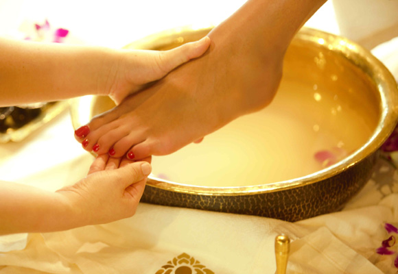 El ritual comienza con un lavado de pies