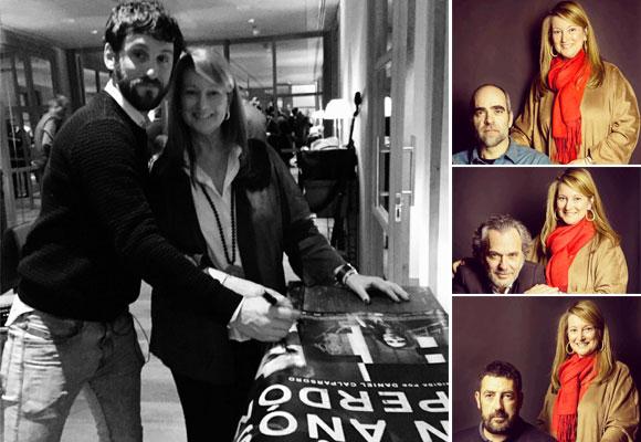 Nuestra compañera Amalia Enríquez con Raúl Arévalo firmando el póster de la película que sorteamos entre los suscriptores a nuestra newsletter. a la derecha, con el resto de protagonistas de la cinta.