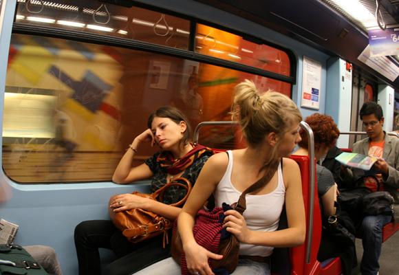 Prueba a dejar tu móvil de lado y hablar con la gente en el metro