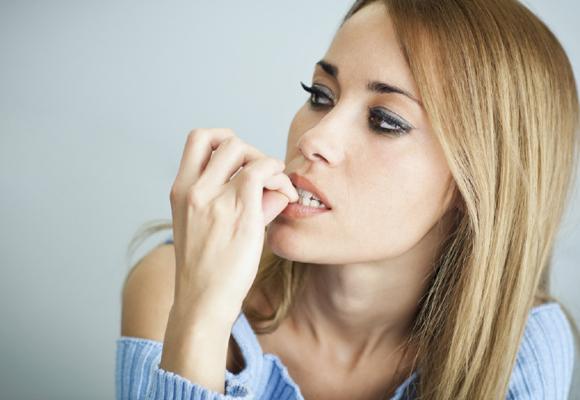 Mujer comiéndose las uñas