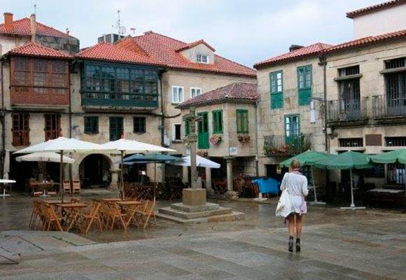 Carla paseando por la Plaza de la Leña en Pontevedra