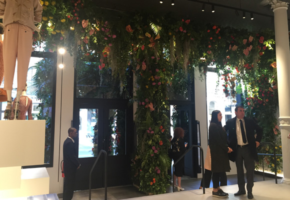 Un enorme arreglo floral para celebrar la apertura de Zara en el Soho