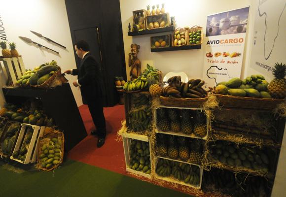 Stand de fruta africana que llega por avión