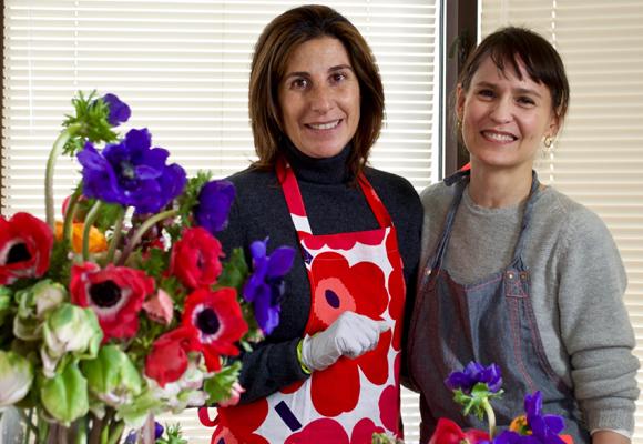 Felices después de una mañana de 'flower theraphy' con anémonas, tulipanes y ranúnculos