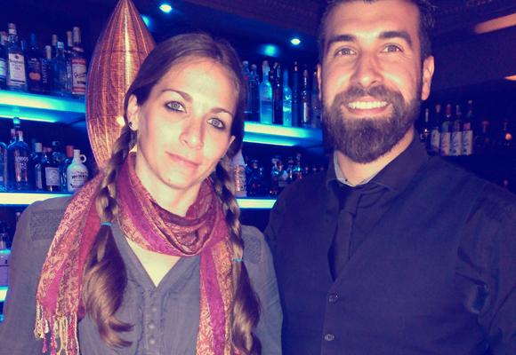 Nuestra colaboradora con el coctelero Juan Villar
