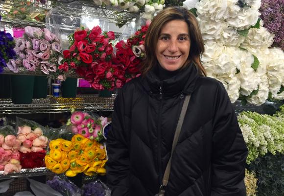 Pilar frente a las repisas de flores de G.Page en el mercado de Chelsea