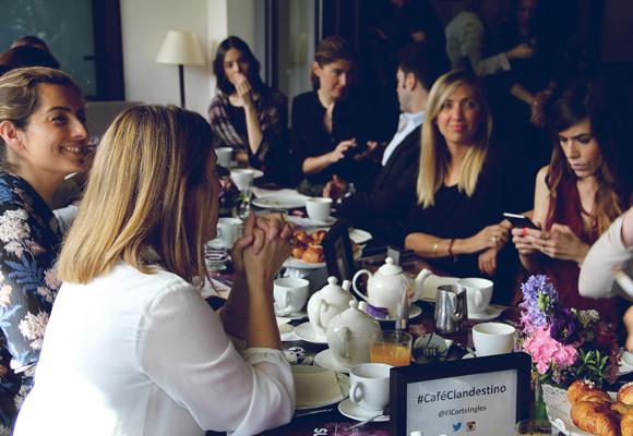 Nuestra colaboradora, Eugenia Marcos (a la izda) disfrutando del Café Clandestino