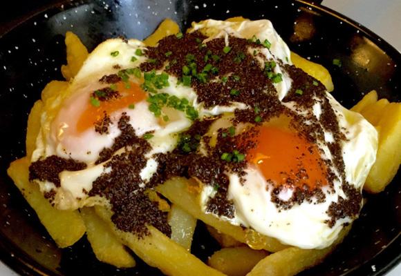 Sartén de huevos con trufa negra