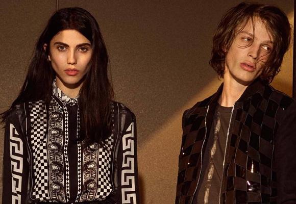 Vaccarello también apostó por el toque grunge en su colección AW para Versace