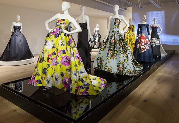 La muestra reune los vestidos más icónicos de Carolina Herrera