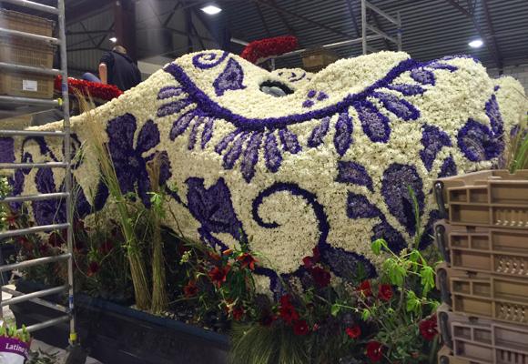 Un carro de zuecos holandeses hecho con flores de jacintos azules y blancos
