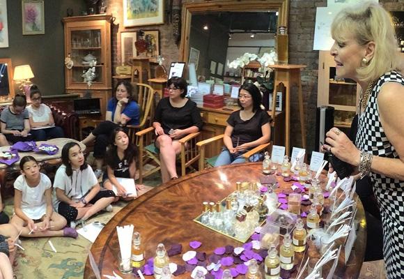 Sue dando una charla a jóvenes chicas Scouts