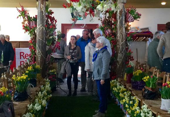 Halima Adelsheimer visitando la iglesia de un pueblo adornado con flores. Una de las tantas maneras en que los holandeses celebran la primavera
