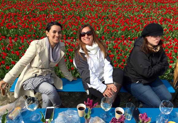 Las diseñadoras Maria Maxit, Kasey Conyers y Melissa Paul disfrutando del picnic en la última jornada del tour