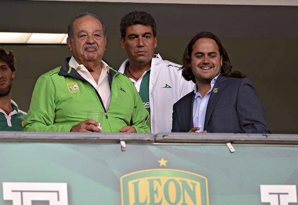 Carlos Slim en un partido de fútbol en México