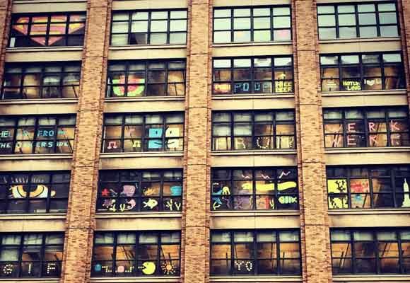 Las obras deberán desaparecer pronto de las ventanas. Foto publicada en Instagram por @ns0385