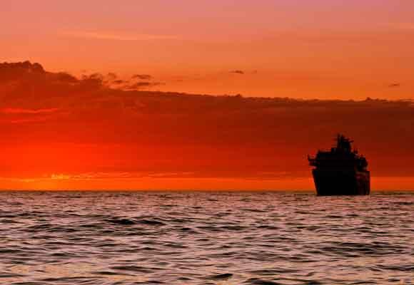 El sol de medianoche desde el barco es un espectáculo único