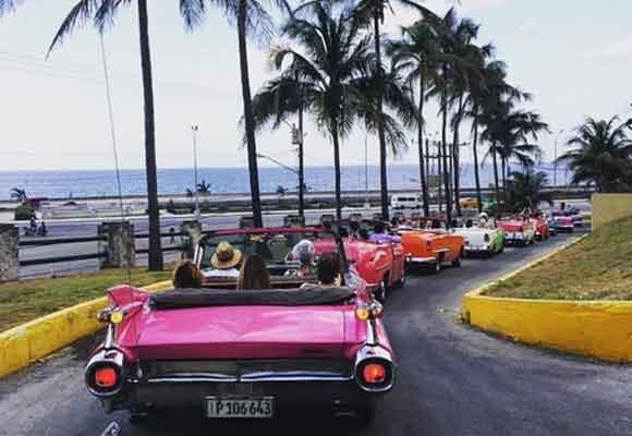 Los vehículos que se agolparon en La habana para ver el desile inspiraron algunos diseños. Foto: VogueBrasil