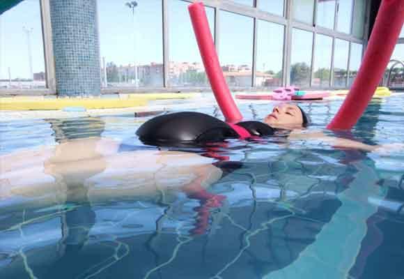 La natación dirigida puede motivarte a salir de casa y hacer ejercicio