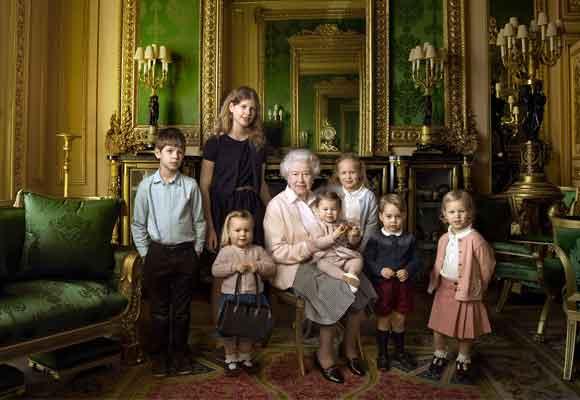 La reina Isabel fue fotografiada hace poco con sus nietos por su 90 cumpleaños