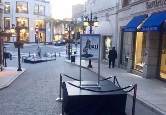 Preparativos de la muestra en la calle de Dalí