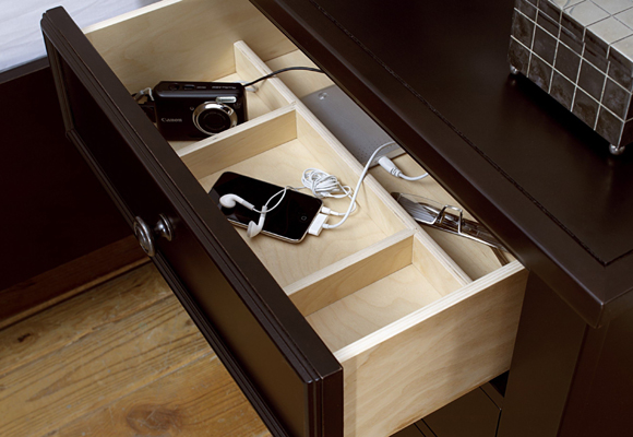 Utiliza los cajones para guardar los accesorios tech