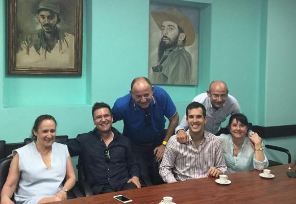 Iván Mañero con su equipo en Cuba