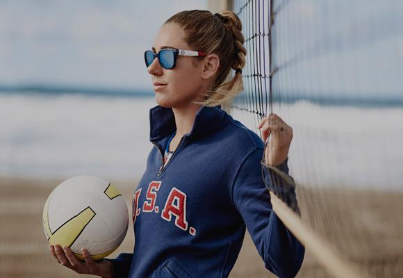 La jugadora de beach volley April Ross con sudadera de Ralph Lauren