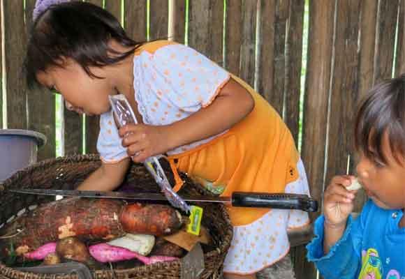 Los niños hacen tareas de mayores desde muy pequeños