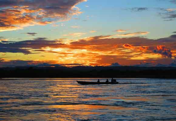Impresionane amanecer en el río Marañón