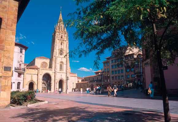 La catedral es uno de los muchos atractivos que tiene Oviedo