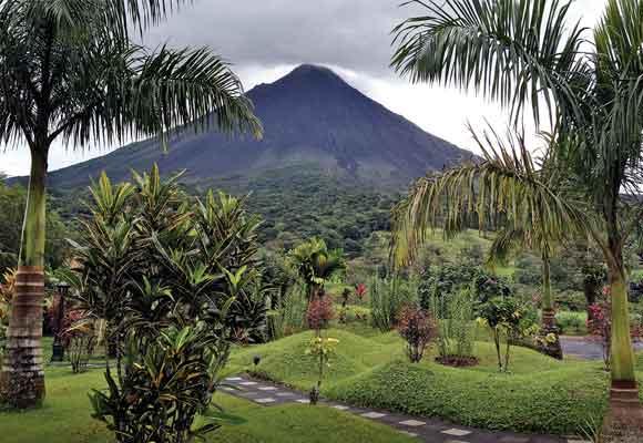 Los vuelos en globo permiten ver desde arriba el imponente volcán Arenal